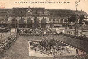 Carte postale de la nouvelle gare des Brotteaux, avec aménagement paysager | Source Bibliothèque Municipale de Lyon