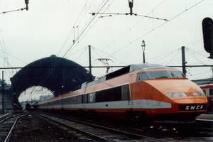 TGV passant par la gare des Brotteaux en 1980, peu avant fermeture | Collection Tatig Tendjoukian
