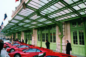 Exposition devant l'Hôtel des Ventes de lots de Ferrari