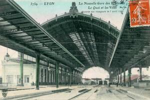 Carte postale colorisée de l'intérieur de la nouvelle gare des Brotteaux | Source Wikipédia